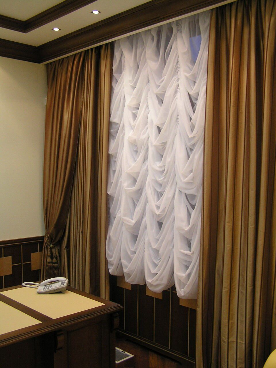 Дизайн коротких штор в офис